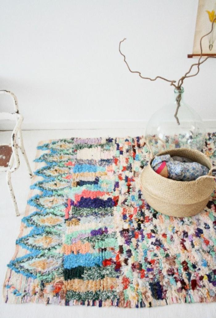 vintage-Interieur-alte-Möbel-flaumiger-Teppich-buntes-Muster