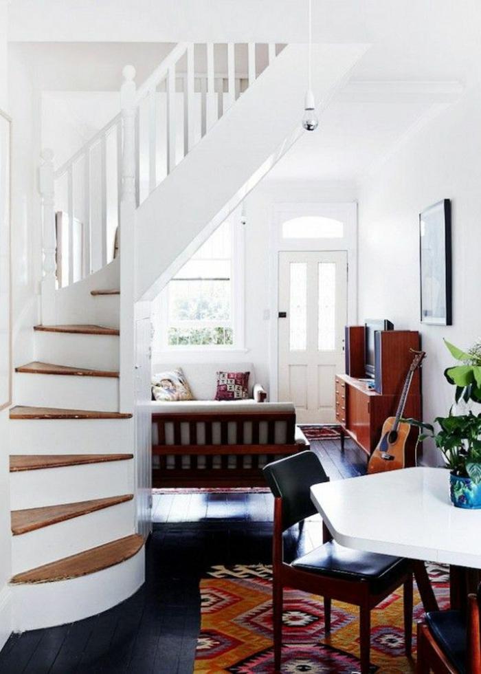 vintage-Interieur-bunter-Teppich-Treppen-akustische-Gitarre