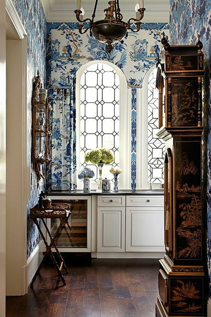 vintage-Küchen-Einrichtung-florale-Tapeten-blaue-Nuancen