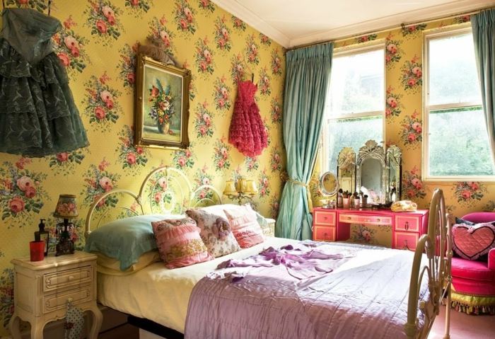 vintage-Schlafzimmer-Gestaltung-großes-Bett-kokette-Kissen-schönes-Wandbild-vintage-tapeten