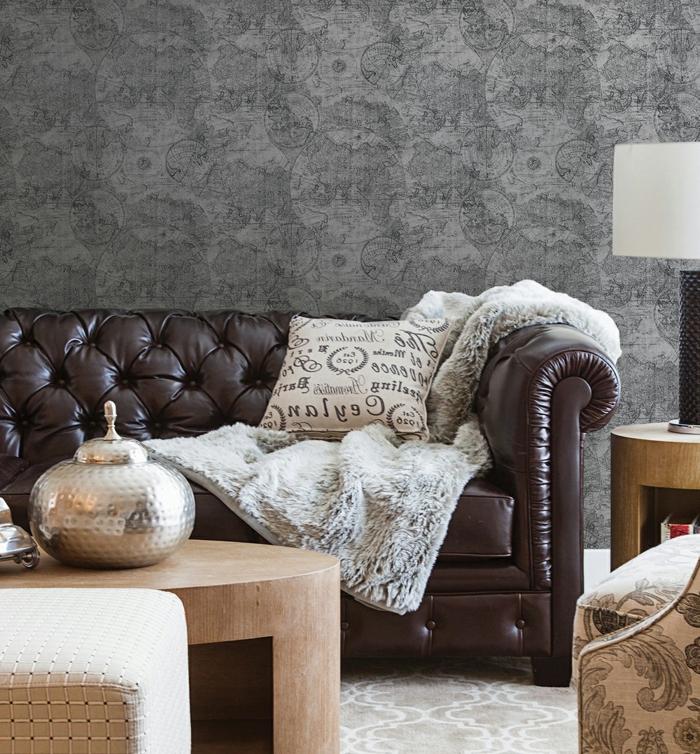 vintage-Wohnzimmer-Interieur-Leder-Sofa-schöner-Sessel-graue-retro-tapeten