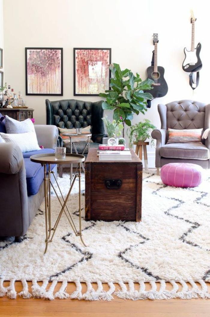 vintage-Wohnzimmer-Interieur-weiche-bequeme-Möbel-Gitarren-an-der-Wand