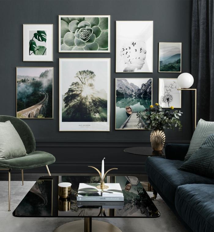 Komposition von Fotos mit Naturmotiven auf dunkle Wand, Außergewöhnliche Bilder, Sofa in blau, moderner Stuhl in grün,