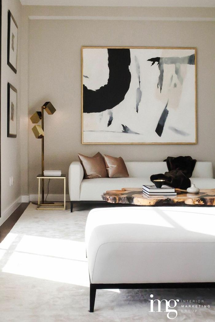 modische Inneneinrichtung cremefarbene Töne, Couch und Liege in weiß, Bilder Wohnzimmer abstrakt