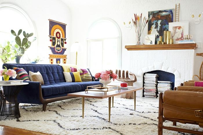 wandfarbe-champagner-sofa-taubenblau-wohnzimmer-gestalten