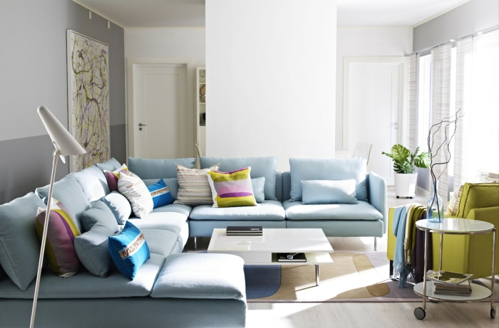 wandfarbgestaltung-im-wohnzimmer-sofa-in-hellblau
