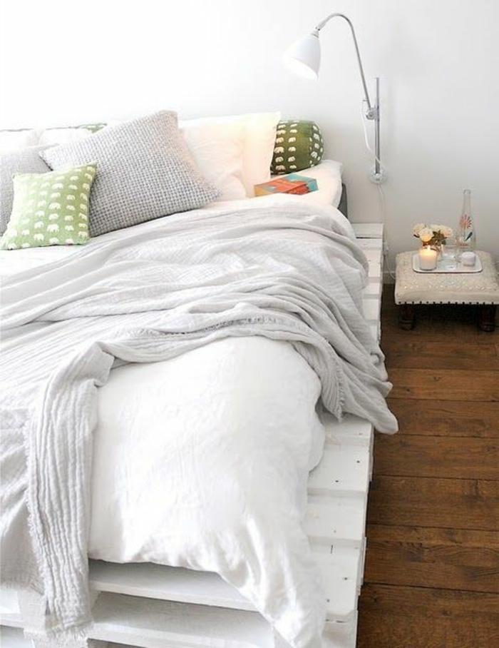 weiße-Schlafzimmer-Gestaltung-Europaletten-Bett-weiße-Bettwäsche-grüne-Kissen-Leselampe