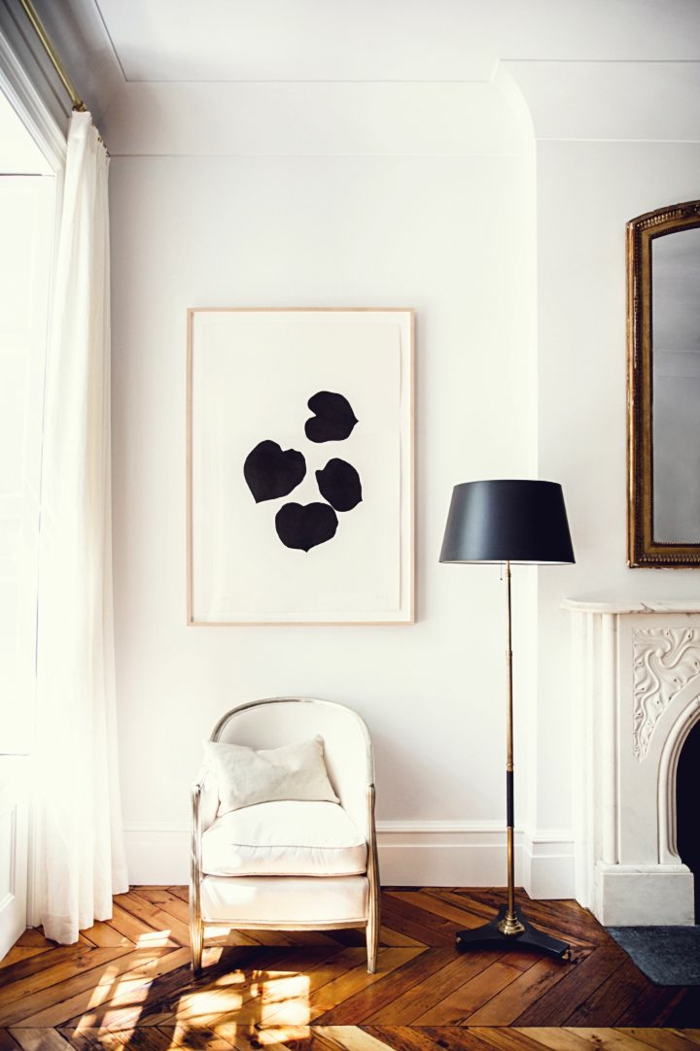 weißer-Loungesessel-elegantes-Design-schwarze-Stehlampe-stilvolles-Interieur