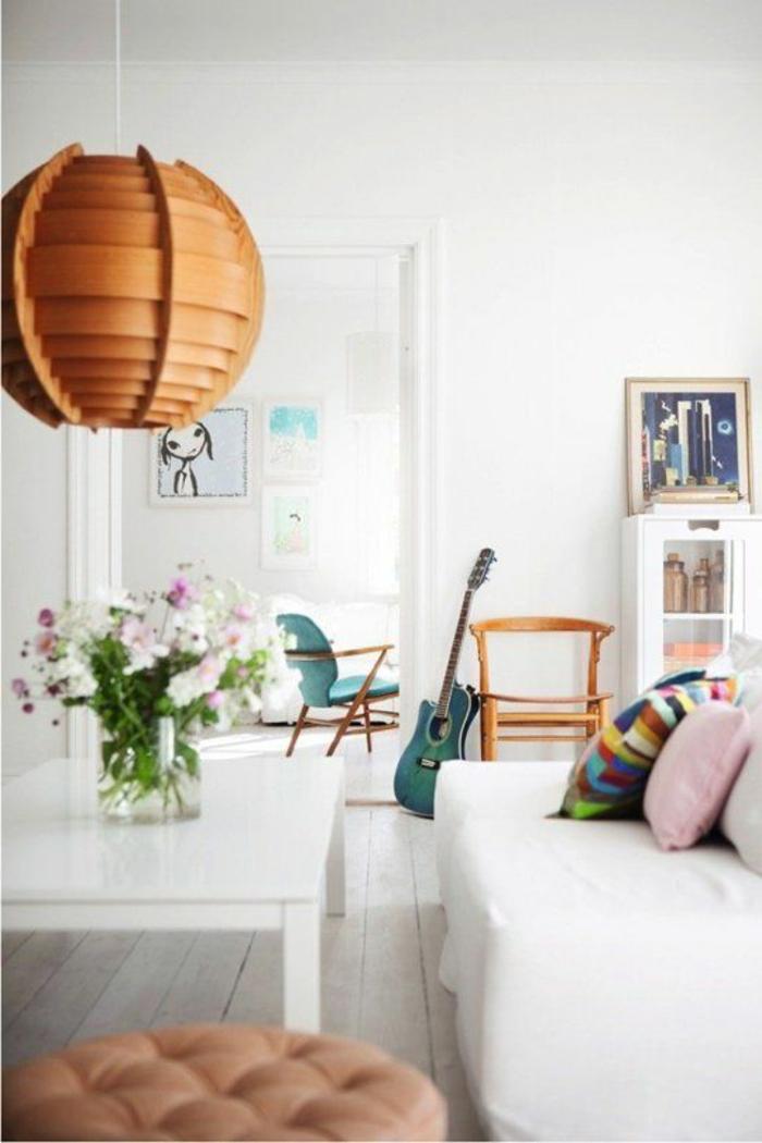 weißes-Interieur-skandinavischer-Stil-originelle-Leuchte-Gitarre-türkis-Farbe