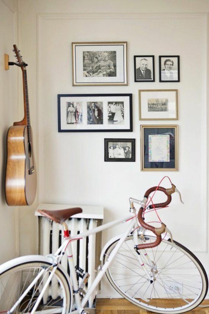 weißes-Interieur-vintage-Gestaltung-viele-schwarz-weiße-Fotos-Fahrrad-Akustik-Gitarre