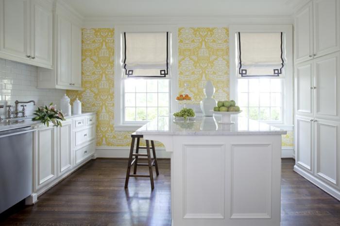 weißes-Küchen-Interieur-stilvolle-Einrichtung-moderne-Tapeten-gelbe-Grundlage-weiße-Ornamente