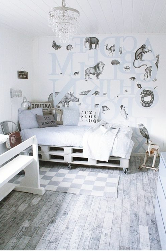 weißes-KInderzimmer-Interieur-kreative-Wandgestaltung-graphische-Tierzeichnungen-Tierwelt-bett-aus-paletten-Kronleuchter-Kristalle