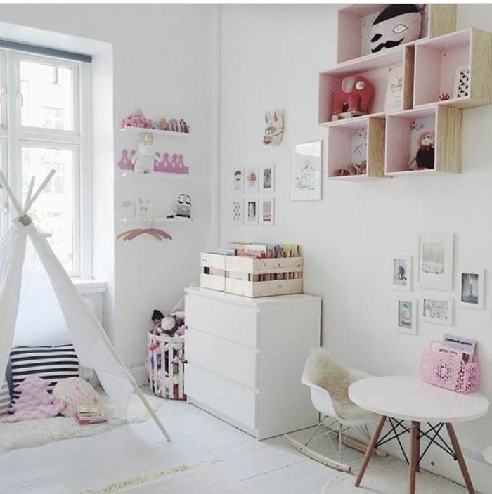 weißes-Kinderzimmer-Interieur-dekoratives-Zelt-Spielraum