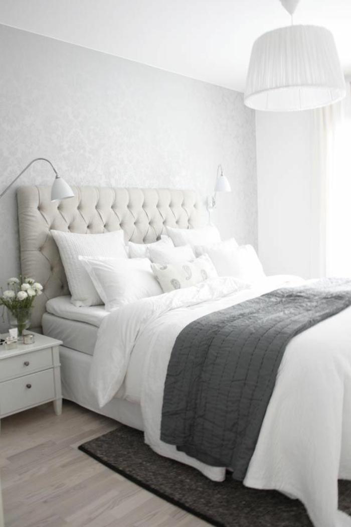 weißes-Schlafzimmer-Interieur-King-Size-Bett-gepolstetes-Kopfbrett