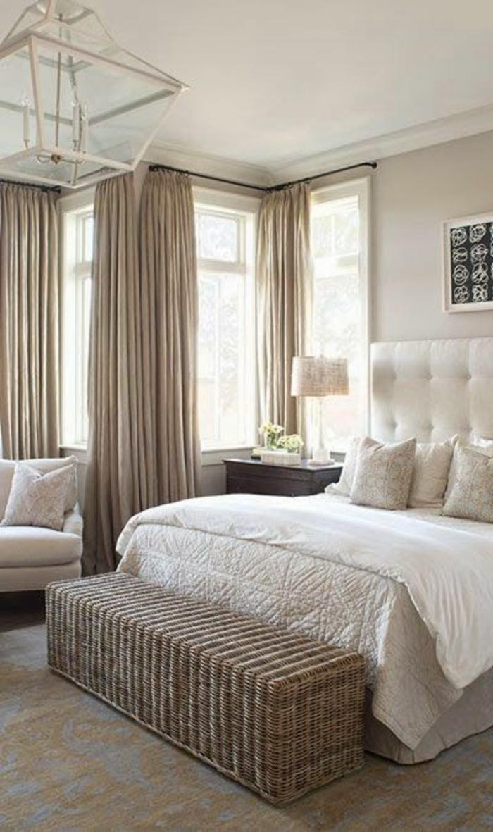 weißes-Schlafzimmer-Interieur-interessante-Leuchte-Rattan-Bank-kingsize-bett-mit-gepolstertem-Kopfbrett