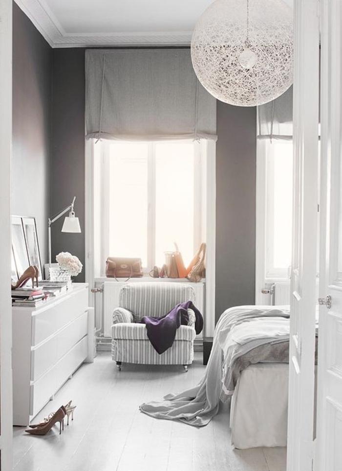 weißes-Schlafzimmer-Interieur-schöne-attraktive-Designer-Lampen