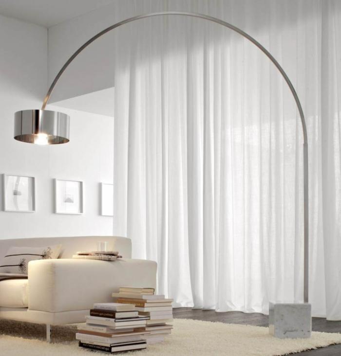 weißes-Wohnzimmer-Interieur-Sofa-Bücher-Leseleuchte-modernes-Design