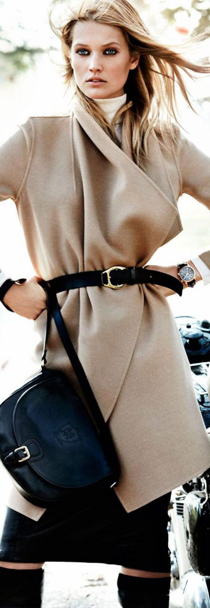 weibliches-Modell-Mantel-Karamell-Farbe-Gürtel