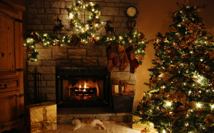 weihnachtsbaum-mit-beleuchtung-gemütliches-zimmer