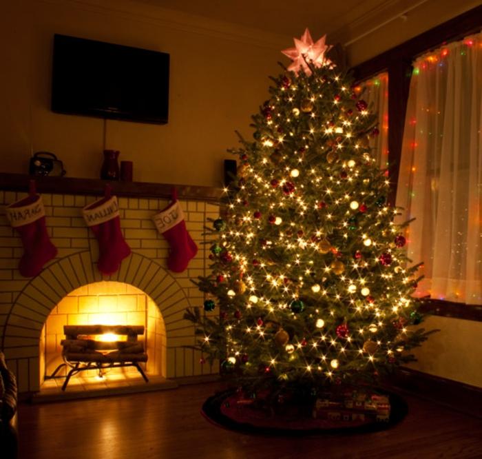 weihnachtsbaum-mit-beleuchtung-unikale-gestaltung-gemütliches-zimmer