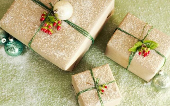 weihnachtsgeschenke-verpacken-Stechpalmenzweige