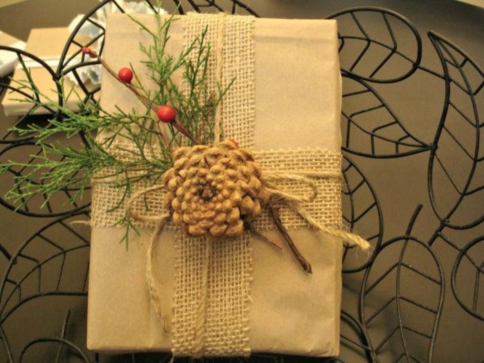 weihnachtsgeschenke-verpacken-blätter