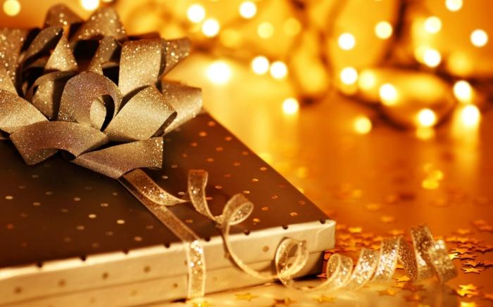 weihnachtsgeschenke-verpacken-hübscher-band