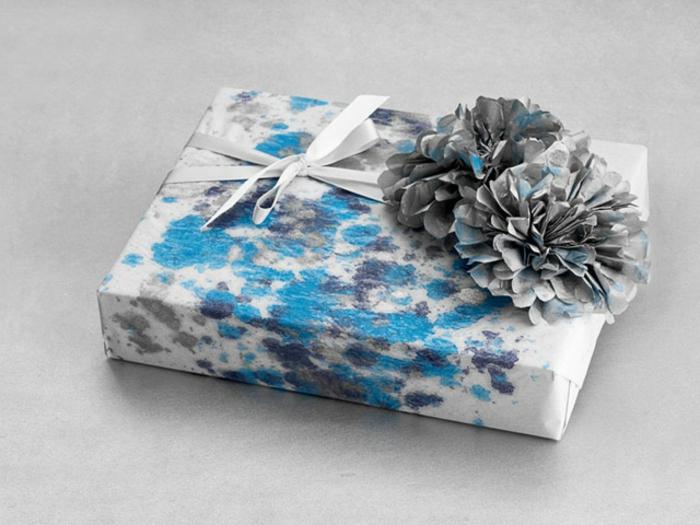 weihnachtsgeschenke-verpacken-in-blau-mit-zapfen