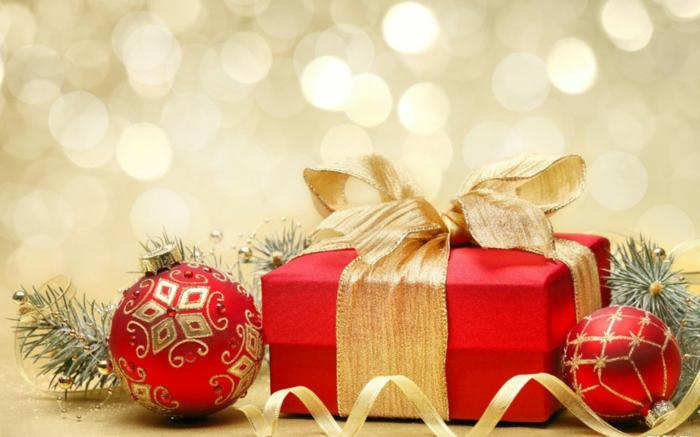 weihnachtsgeschenke-verpacken-in-rot-tannenbaumschmuck