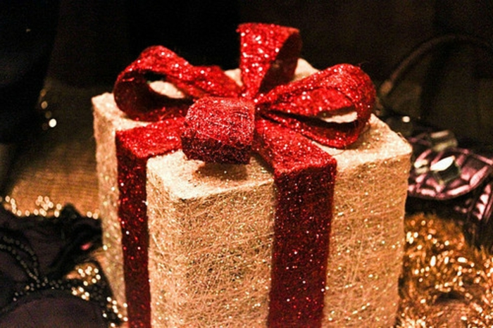 weihnachtsgeschenke-verpacken-luxuriös-mit-rot