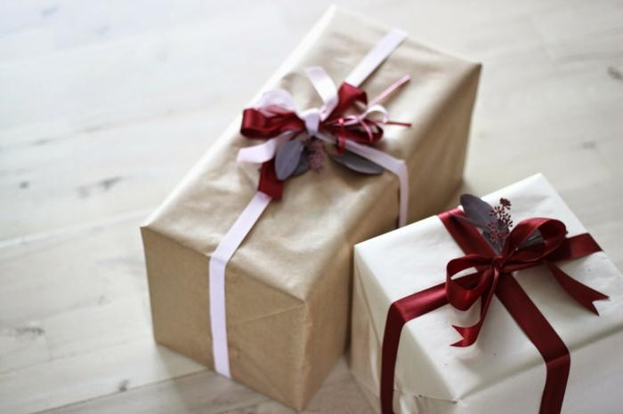 weihnachtsgeschenke-verpacken-rote-bände