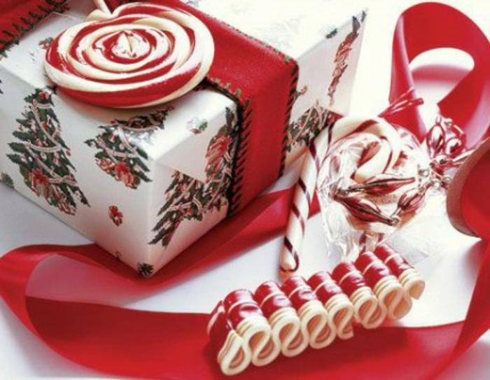 weihnachtsgeschenke-verpacken-süßihkeiten-und-lutscher