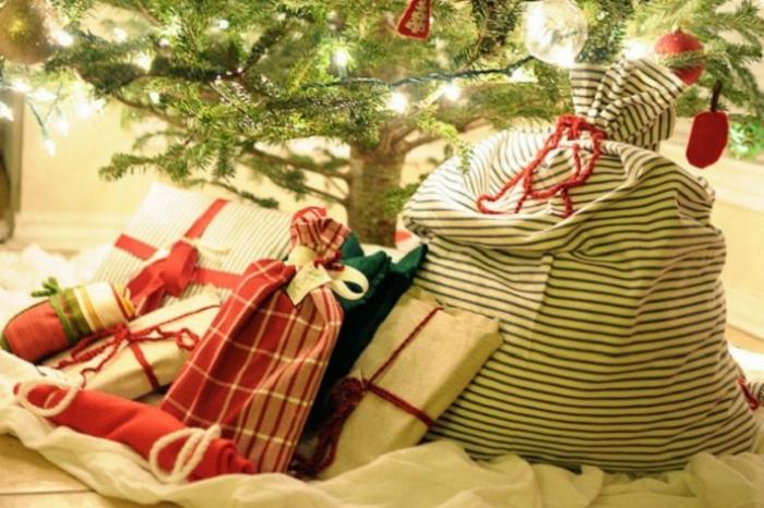weihnachtsgeschenke-verpacken-und-unter-dem-tannenbaum-stellen