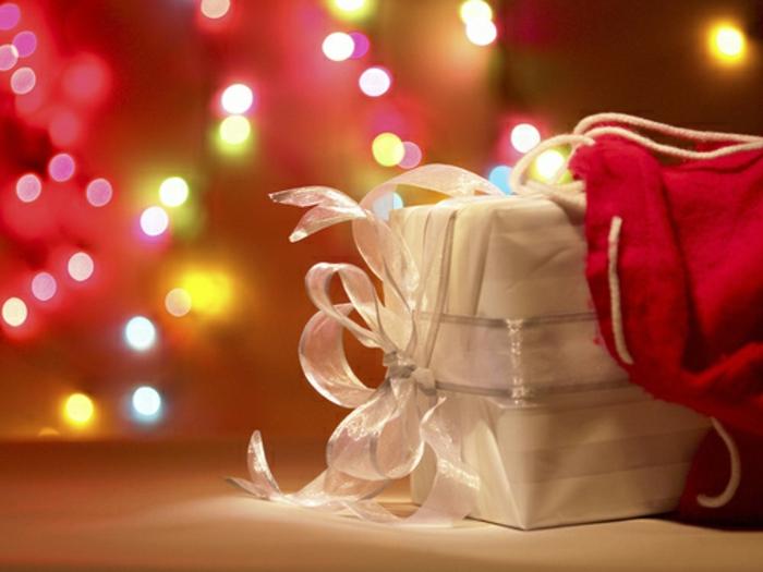 weihnachtsgeschenke-verpacken-weiß-und-weißer-band