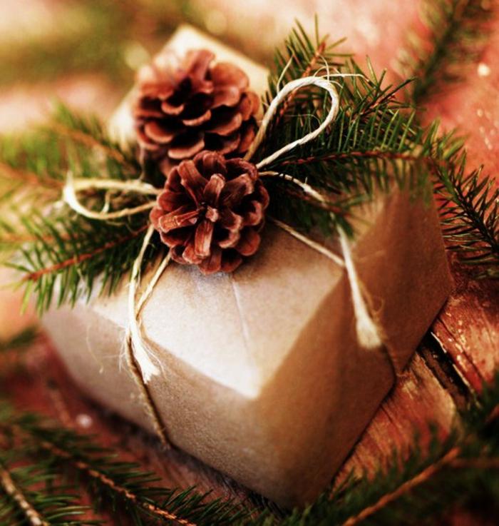 weihnachtsgeschenke-verpacken-zwei-zapfen-schmuck
