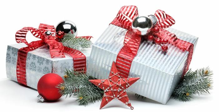 weihnachtsgeschenke-verpacken-zweig-und-weihnachtsschmuck