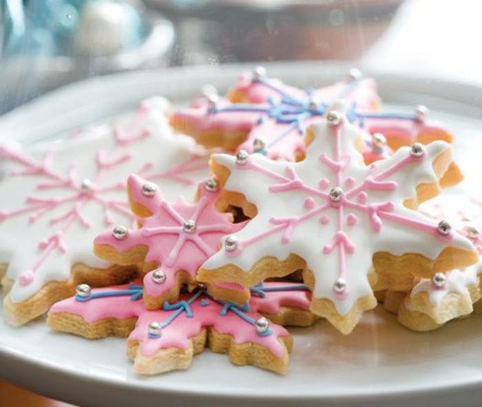 weihnachts kekse-dekorativ-rosig-und-weiß-schlagsahne