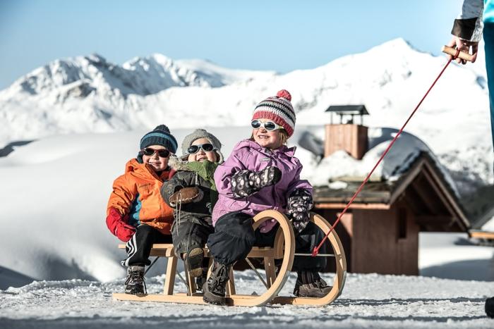 winterberg-rodeln-viele-kinder-haben-spaß