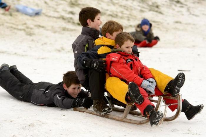 winterberg-schlittenfahren-viele-kinder