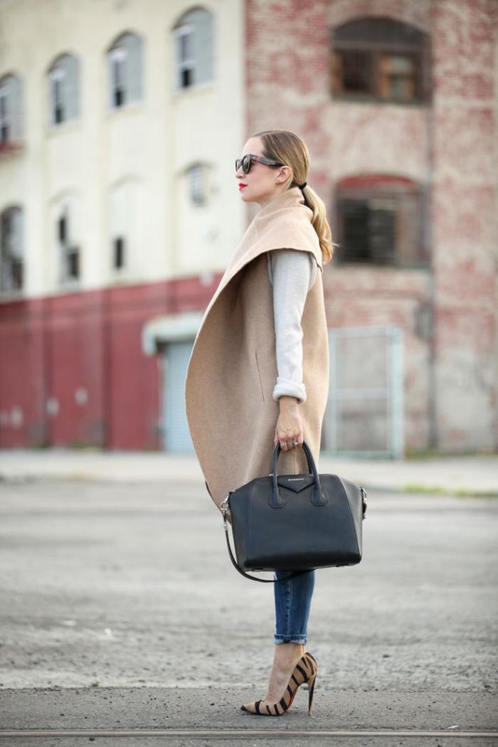 winterjacke-damen-Karamell-Farbe-Jeans-schöne-Schuhe-mit-Tier-Muster