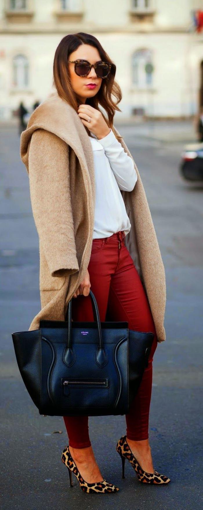 winterjacke-damen-Karamell-Farbe-rote-Hosen-Schuhe-mit-Tier-Muster