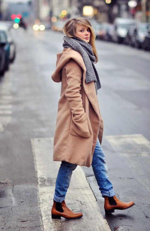 wintermantel-Karamell-Farbe-Jeans-grauer-gestrickter-Schal
