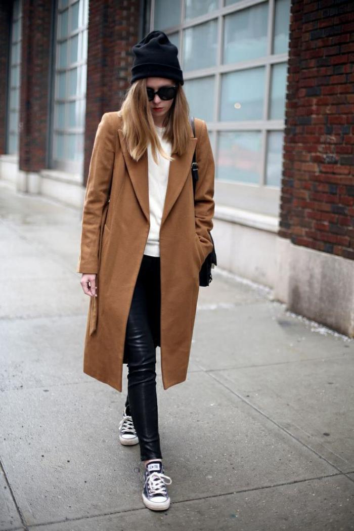 wintermantel-Karamell-Farbe-Lederhosen-sportliche-Schuhe