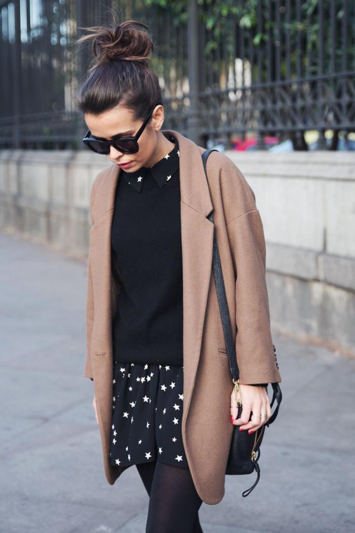 wintermantel-Karamell-Farbe-kurzes-Kleid-interessantes-Muster-schwarzer-Pullover