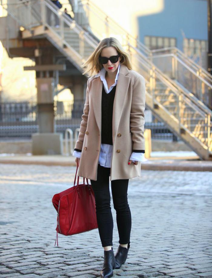 wintermantel-Karamell-Farbe-weißes-Hemd-schwarzer-Pullover-rote-Tasche