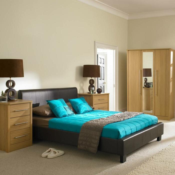 wohnideen-kleine-räume-modernes-schlafzimmer-mit-blauen-bettwäschen