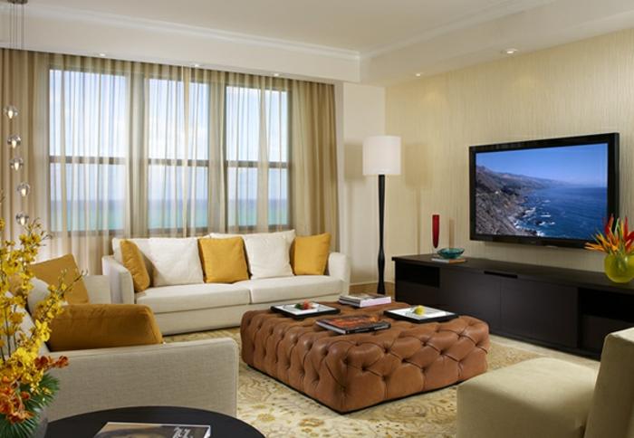 kleine räume einrichten - weißes sofa und brauner nesttisch im ...
