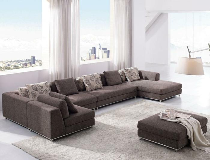 wohnzimmer -einrichten-tipps-graues-großes-sofa-gläserne-wände