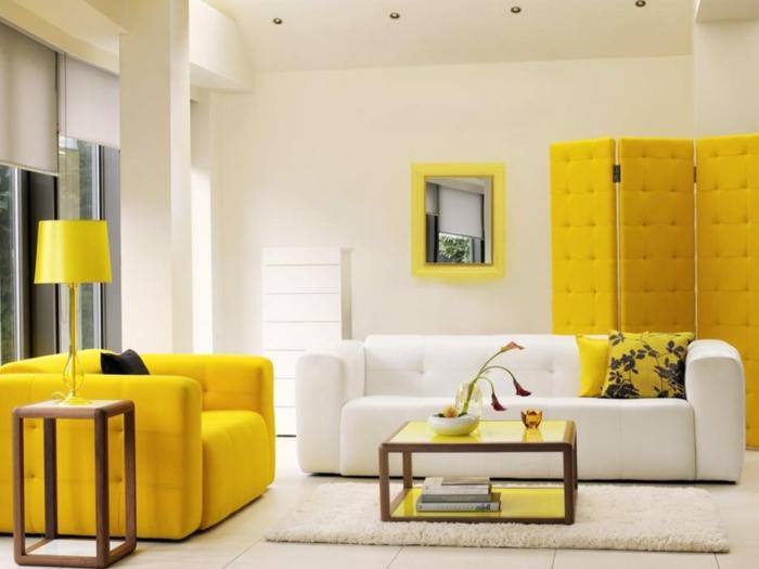 wohnzimmer-einrichtungsideen-gelbe-schränke-weißes-sofa