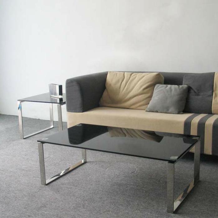 wohnzimmertisch-aus-glas-neben-einem-schicken-sofa